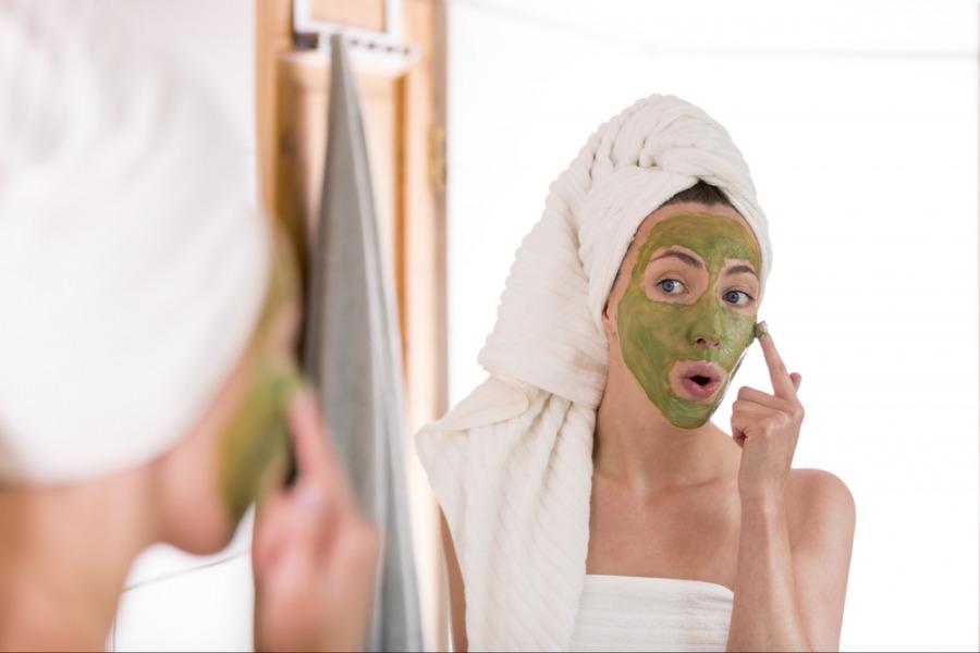 去暗疮方法 - 将绿茶涂在皮肤上