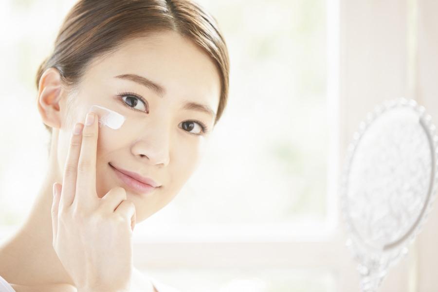 自行外涂药物是其中一个能有助改善色斑问题的方法
