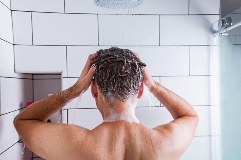 植发后应使用冷水洗头, 并使用温和的洗头水