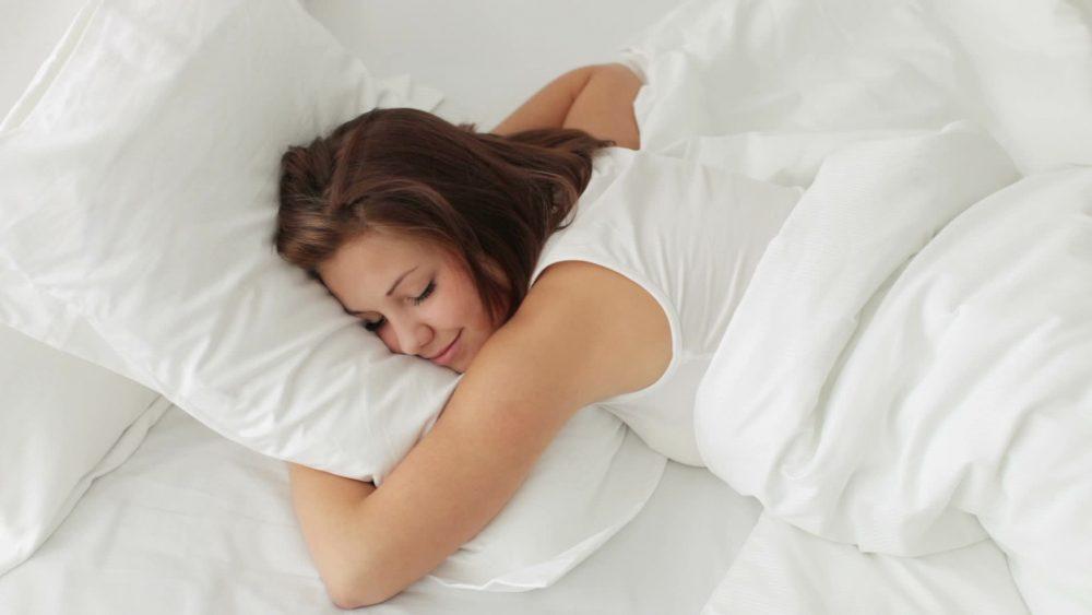 平胸原因-趴着睡觉