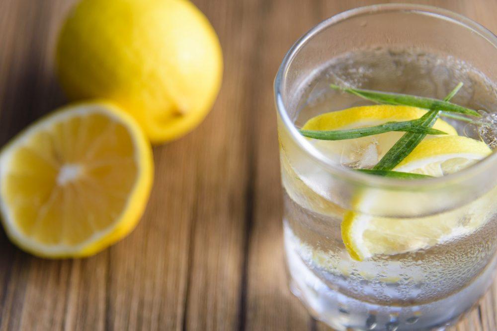 喝清水瘦身很難?如不妨在水中加入幾片檸檬。