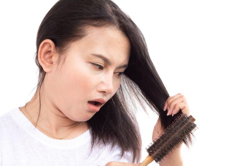 女士使用生髮水