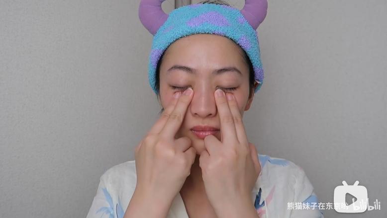 雙手的食指及中指,在眼底打圈按摩,由眼頭下方按摩至太陽穴